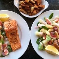 Spargel-Feigen-Salat mit Himbeerdressing und gegrilltem Lachs