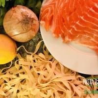 Cili-Schmandpasta mit Pulled Lachs in Zitronen-Kräuter-Marinade